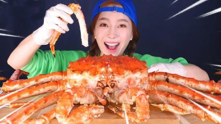 小姐姐吃奢侈海鮮大餐帝王蟹,蟹腿一條又一條的吃