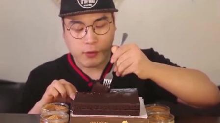 韩国大胃王吃巧克力蛋糕,还蘸上4份甜酱一起吃,这得甜到腻吧!