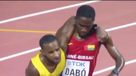 男子5000米预赛感人一幕 选手搀扶对手完成比赛