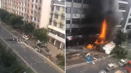 福州一大货车发生交通事故后侧翻自燃 引发旁边一大楼着火