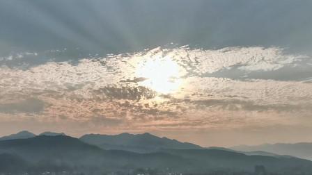 2分钟带你看完日出日落,阳光洒在大地上,宛如佛光普照