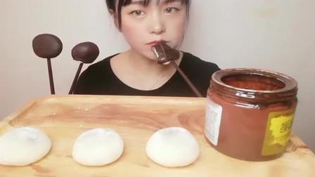 吃播大胃王:糯米糍这样吃看起来就很有食欲啊,美女这一口下去也太满足了