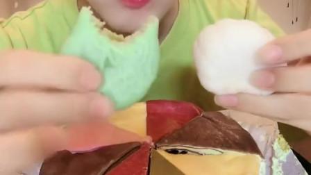 可爱小姐姐直播吃冰皮月饼,绿色的抹茶月饼,好软糯啊!