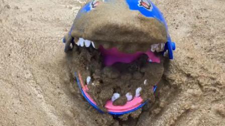 大鲨鱼的牙齿弄的好脏啊,小朋友们来帮他清洗,洗的非常干净!