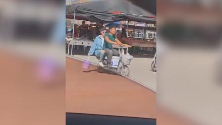 张翰骑小摩托现身街头,戴墨镜领塑料袋,真的不要太搞笑了