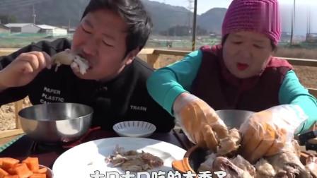 韓國農村家庭的一頓飯,爸爸不在家,媽媽和兒子吃雞吃的真過癮