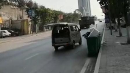 【重庆】小贩行车中开着后备箱叫卖李子 市民提醒车主淡定回应:没事