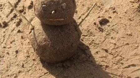 奥特曼正在追怪兽,怪兽还把雪人撞坏了,奥特曼把雪人修好!