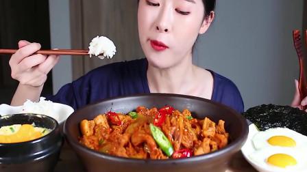 小姐姐吃吃五花肉泡菜锅,配着煎蛋,大口吃的真过瘾,吃相诱人