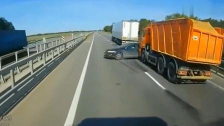 男子作死认为自己开豪车就很了不起,谁知下秒竟发生如此荒唐画面