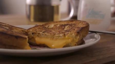 《韩国农村美食》黄油煎面包片,配上浓香的芝士片,好吃