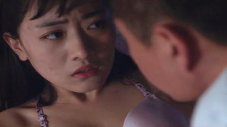 情侣度蜜月被两名壮汉绑架,女孩为了活下去,在男友面前和壮汉肉搏