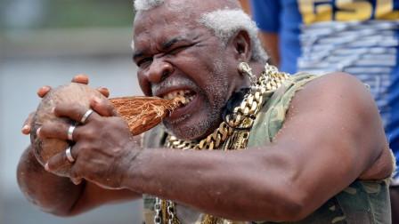 老外用牙咬開12萬個椰子,練成鐵齒銅牙,啃椰子像吃蘋果!