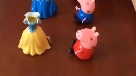少儿益智亲子玩具:小猪佩奇一家怎么什么都吃呢?白雪和贝儿的衣服都给吃了!