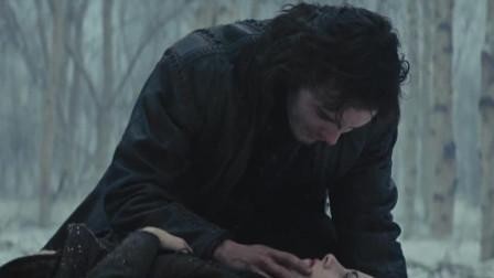 白雪公主痛苦地闭上了双眼,王子将她紧紧抱在怀中,吻了上去,可公主并没有复苏
