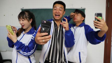 调皮二浪上课偷玩手机,结果老师用手机电量当考试成绩,太搞笑了