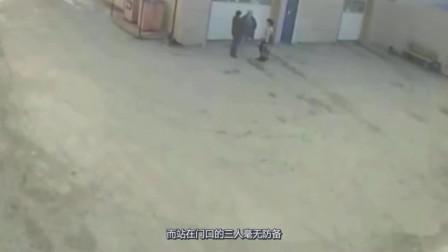 汽修工人正在聊天,3秒后遭横祸倒地惨叫,监控拍下惨烈一幕