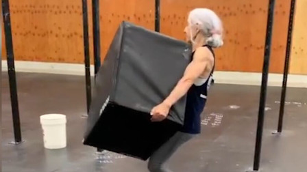 72岁老奶奶的健身日常,很多年轻人都比不上啊