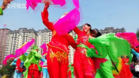 为祖国庆生 百余名秧歌爱好者身穿多彩服装最炫民族风
