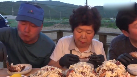 吃播:韩国大胃王吃蒜香烤鸡,一家人其乐融融的吃着