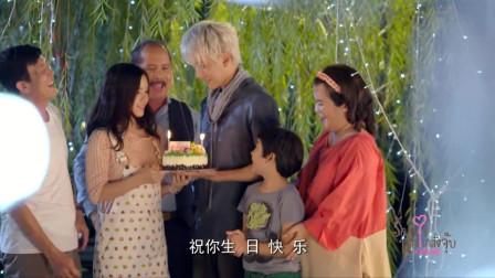 家人给小孩过生日,拿出生日蛋糕,小孩们许愿吹蜡烛!