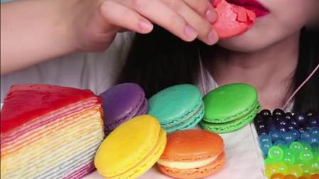 小姐姐吃漂亮的彩虹蛋糕,看得我都馋了