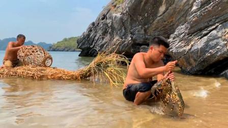 两兄弟荒岛生存,陷阱捕大龙虾,开水煮熟直接抱着啃!
