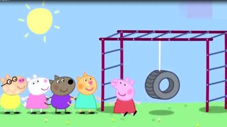 孩子们在排队玩攀登架