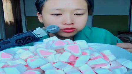 吃播大胃王:美女端这么大一盘棉花糖一口一个吃得太过瘾了,看着都想吃啊