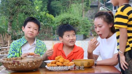 秋妹做了炸鸡腿和炸薯条,加上面包糠,隔壁小孩都看饿了,真过瘾