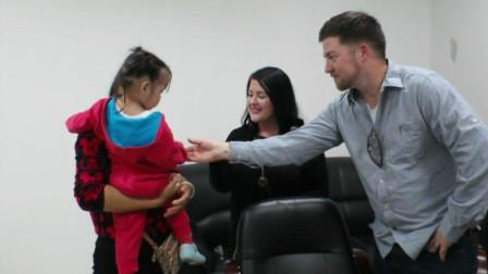 中国3岁女孩被美国夫妇领养,15年过去了,如今的模样太惊艳了