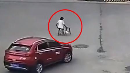 泪目!残疾女孩过马路行动缓慢,红色私家车的举动令众人点赞