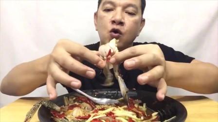 吃播:泰国吃货大叔试吃生腌兰花蟹,配上辣拌木瓜丝,吃得贼过瘾!