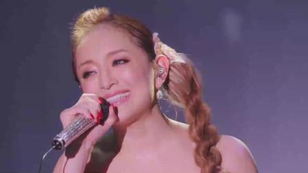 滨崎步演唱会现场演唱《Days》,一身粉红长裙,美到让人窒息