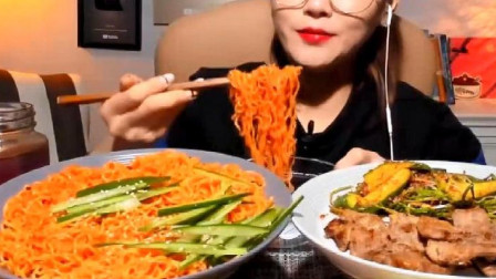韩国大胃王美女来吃播了,吃太阳拌面,大块牛肉吃得太爽了吧
