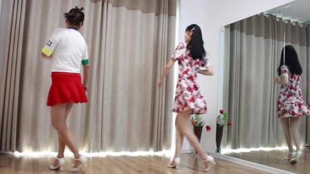 母女二人跳舞 看着真喜庆 妈妈穿女儿的衣服真好看