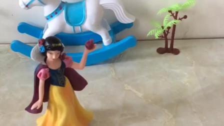 育儿亲子游戏玩具:贝儿要和白雪决斗,你们会帮谁呢