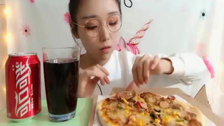 吃播大胃王:美女大口吃披萨配上可乐,一口下去真是太满足了,看着都馋啊!