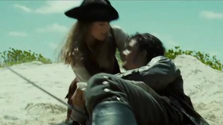 加勒比海盗2:三个男人打起来了,女主晕倒都不管,太可怜了