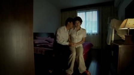 丈夫大中午回家,进门抱住妻子,急切热吻起来
