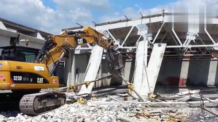 CAT破拆机,拆厂房,还不忘把钢管钢筋回收过来!