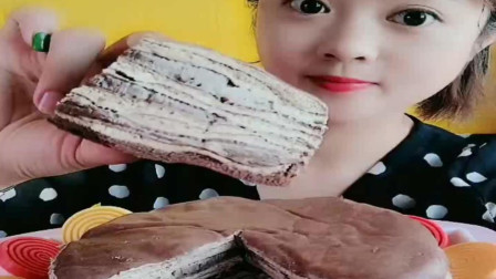 小可爱吃巧克力千层蛋糕,里面的榛子越嚼越香