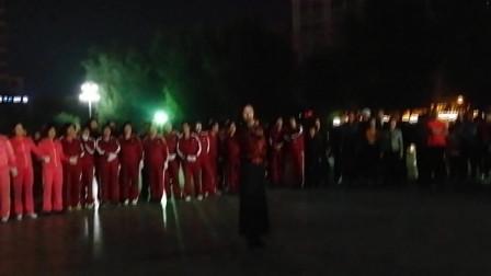 锦州一位女歌手为祖国庆生歌声婉转 观众鼓掌叫好