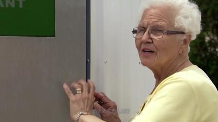 外国老奶奶上厕所,结果被恶作剧!真的被藏着
