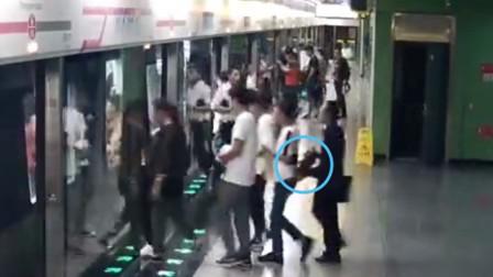 【重庆】男子乘坐轻轨时盗窃他人手机 过程被监控拍下