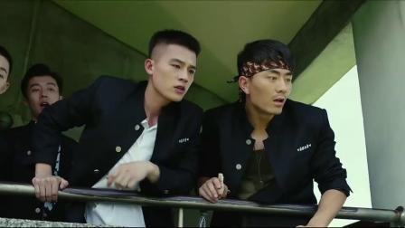 青禾男高:学校来一位新老师,居然是个美女,小伙趴阳台上看