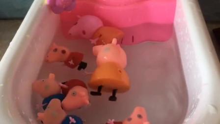 小猪一家来洗澡了,里面还有香香的沐浴露,到底谁才是真的呢