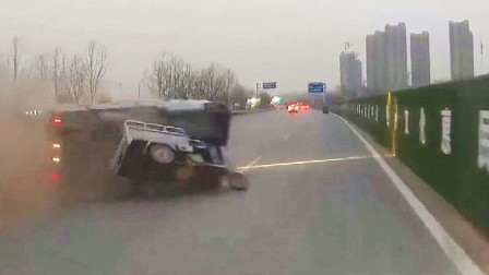 三轮车突然变道造成连环车祸,面包车着火大货车翻车!场面太吓人