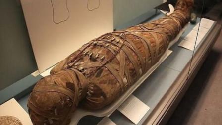 专家挖出2500年木乃伊,意外听见肚子里有响声,剖开后发现真不简单
