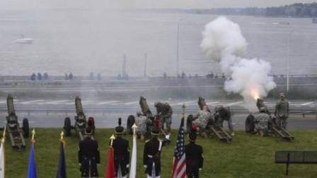 海豹突击队队员进行跳伞演出时 发生意外坠入水中